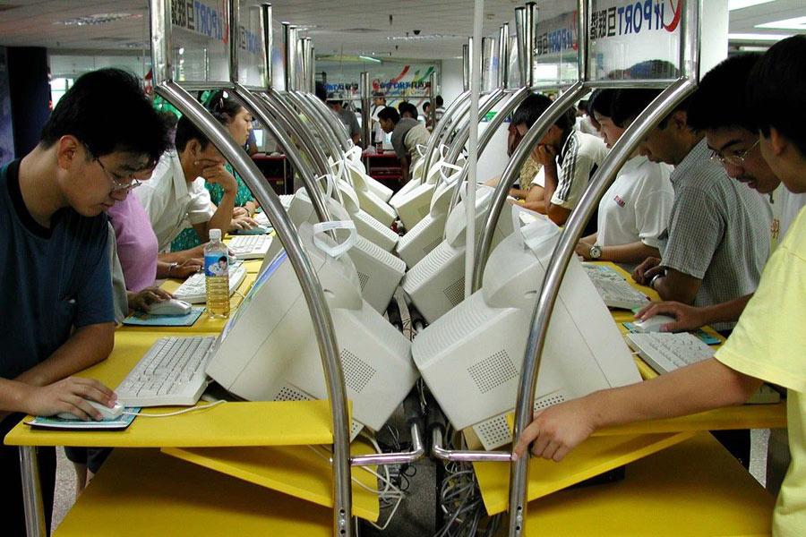 2000年位于北京東大橋的百腦匯電腦城內,一大早就有許多考生和家長來到電腦城排隊等待免費上網查分。據工作人員說,一個上午就有近百人前來查分,查完了每個人的臉上以后可以說一家歡喜一家憂。