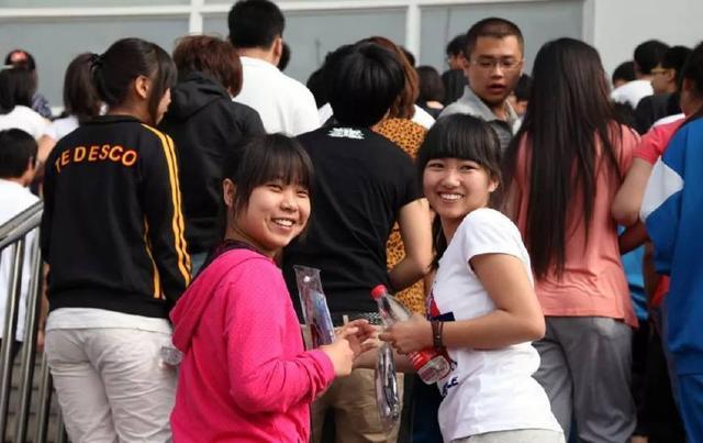 """2012年6月7日,考生心態輕松地走進北京市懷柔區第一中學""""高考點""""。"""