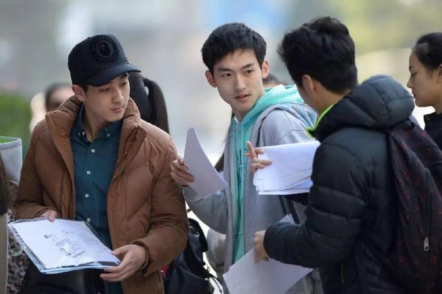 2015年3月15日,北京考生们在北影表演学院排队等待办理艺考复试手续。