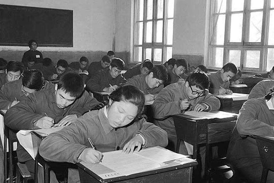 """1977年冬天,中斷了十年又重新恢復的高考制度,開始改變這個龐大國家無數人的命運。一紙試卷廢除了""""推薦上大學"""",給當時渴望改變命運的人們一個公平競爭的機會。很多人借此叩開了另一個世界的大門,走上輝煌的人生道路。"""