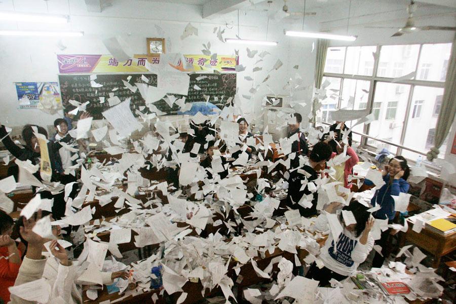 """2010年6月8日下午,高考结束后,襄樊四中考生撕碎复习资料,抛撒到空中,""""欢送""""高考。"""