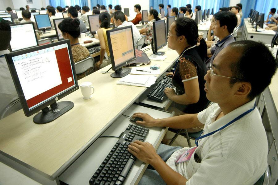 2006年6月16日,今年广西高考评卷实行无纸化网上评卷。全广西有240万份答题卡需要评阅 ,有1800多位老师在电脑前参加评卷。