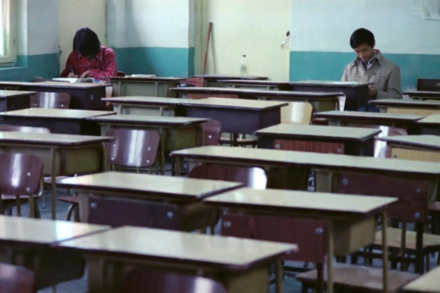 1985年高考前夕,北京171中学的王琳和一位男生隔着几张课桌低头看书,他们在谈恋爱,后来分班两人被拆散,再后来,他们考入相同的大学,结婚、离婚