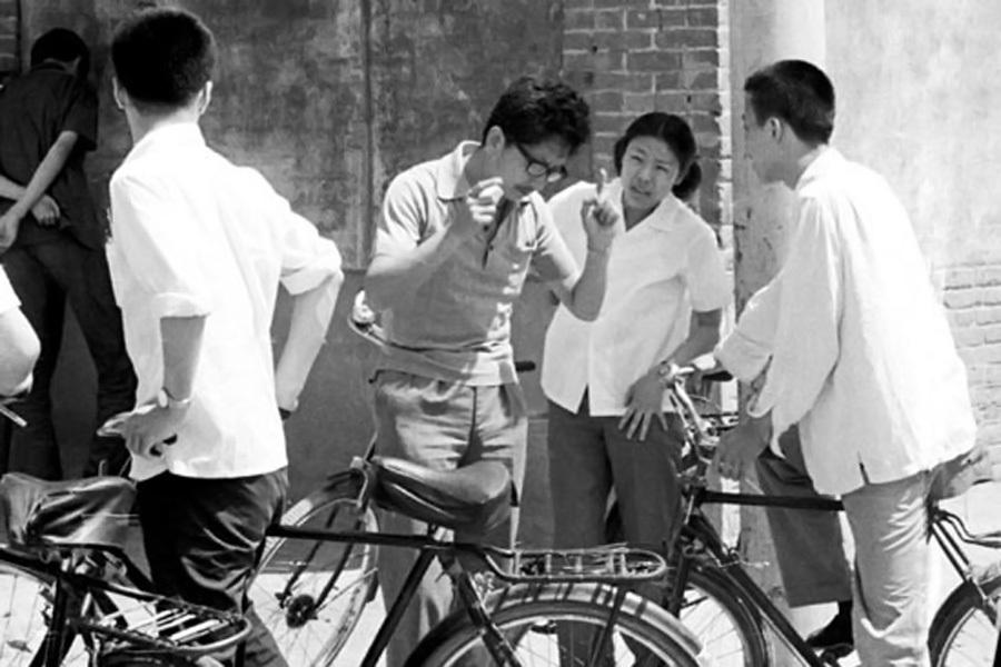 1980年,高中教师于大卫在考场外鼓励学生